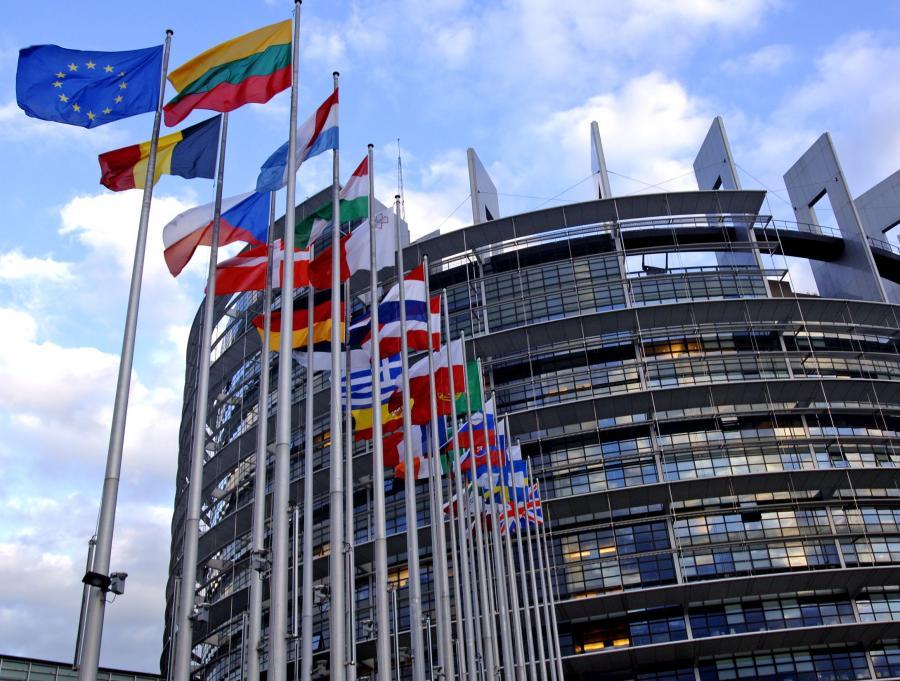 KE do czerwca przedstawi nową propozycję budżetu UE po 2013 roku - brzmią ustalenia ze szczytu UE, zgodnie z polską linią. Choć we wnioskach końcowych nic nie ma o cięciach, w kuluarach szczytu dyplomaci krajów płatników netto redagowali list o oszczędnościach. Parlament Europejski