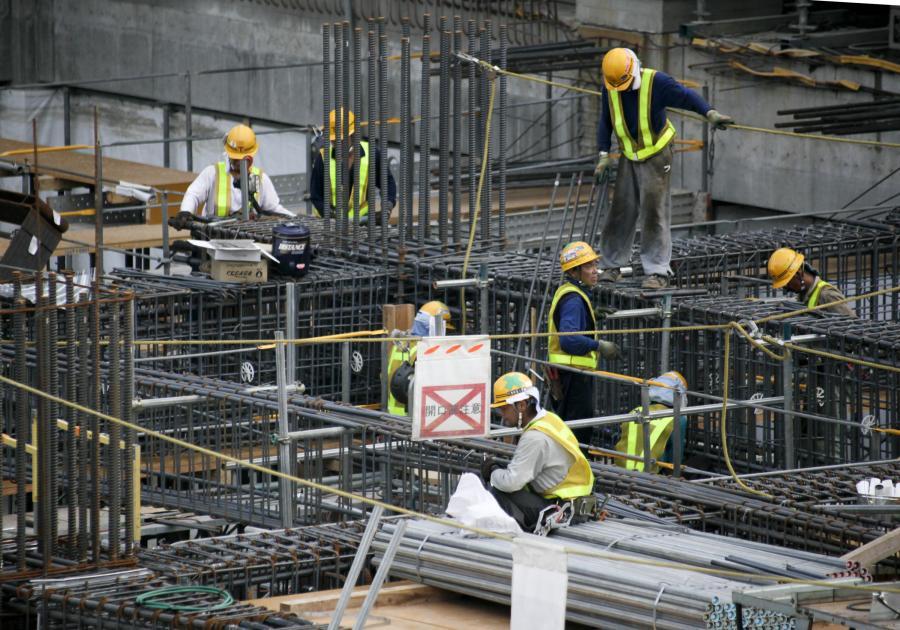 Robotnicy pracują na budowie Tokyo Sky Tree, fot. Kimimasa Mayama/Bloomberg