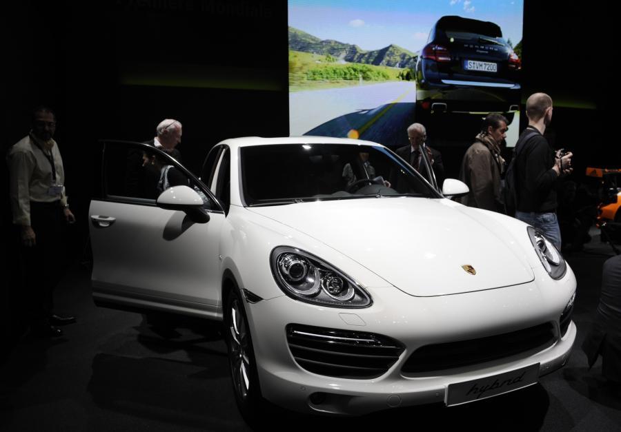 Silniki wyposażonych w system start-stop samochodów zamierają np. gdy auto stoi na światłach, wzbudzając się na nowo po naciśnięciu pedału hamulca lub gazu.