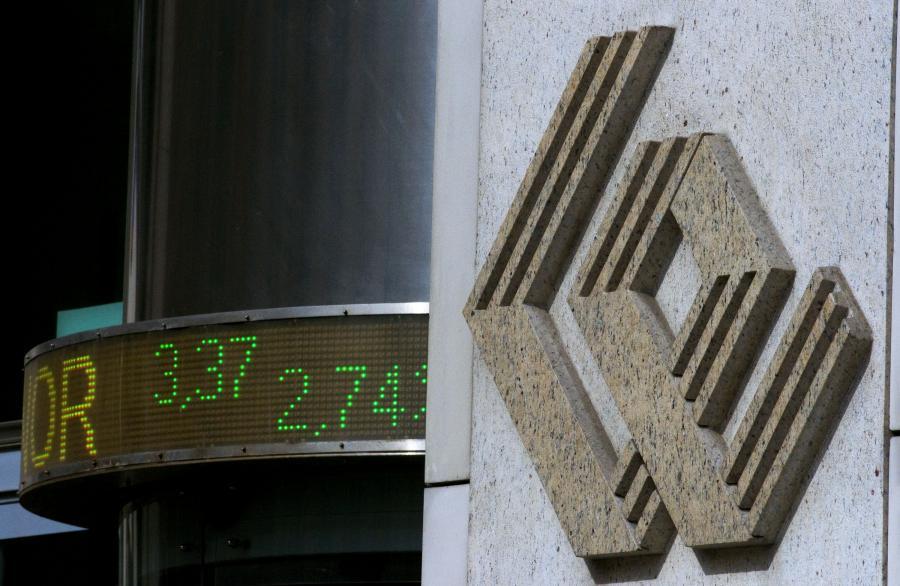 Czwartkowa sesja na warszawskiej giełdzie przynosi lekki spadek wartości głównych indeksów. Spekulacje dotyczące możliwości podniesienia stóp procentowych przez bank centralny Chin w ten weekend oraz spadający kurs EUR/USD przekładają się decyzje inwestorów o realizacji zysków, uważają analitycy.