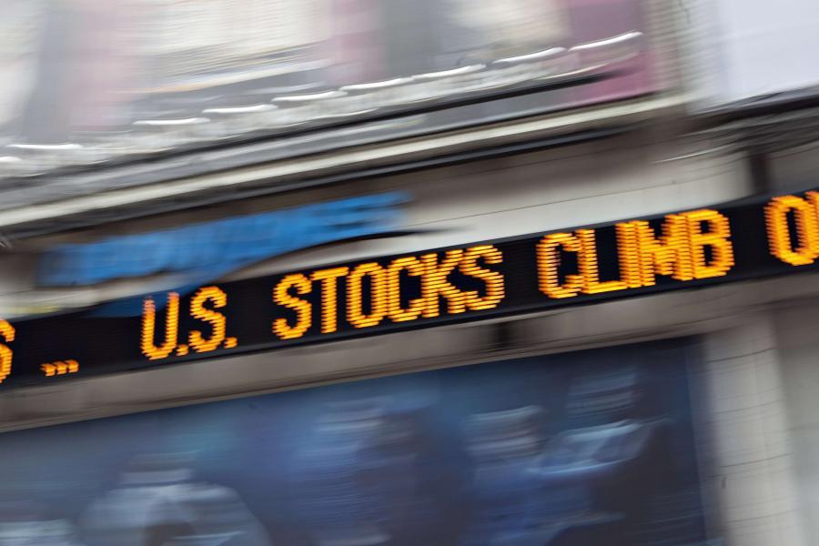 Cyfrowa tablica na Times Square w Nowym Jorku, która informuje o przebiegu sesji na Wall Street. Fot. Daniel Acker/Bloomberg