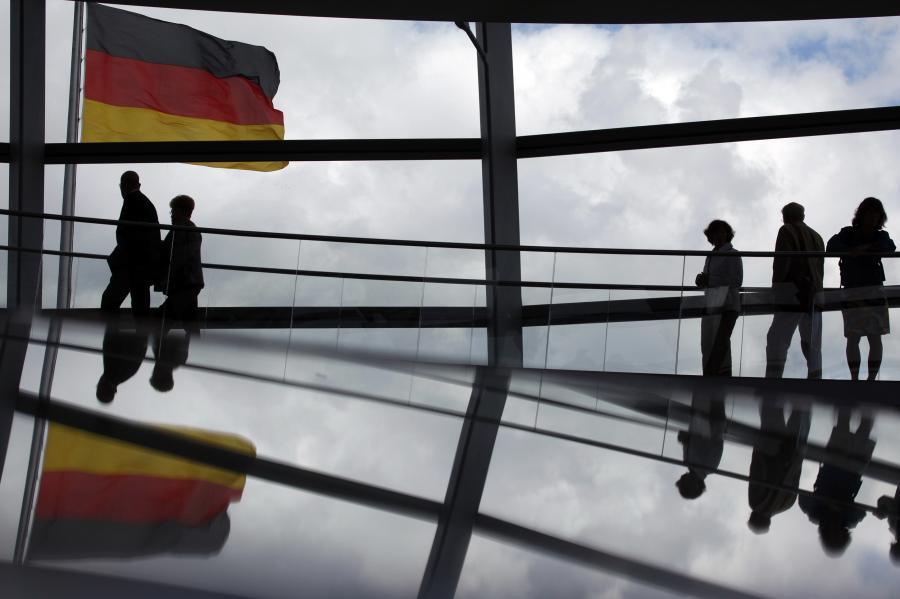 Statystycy tłumaczą ten rekord przede wszystkim znaczną liczbą uchodźców, szukających w Niemczech schronienia.