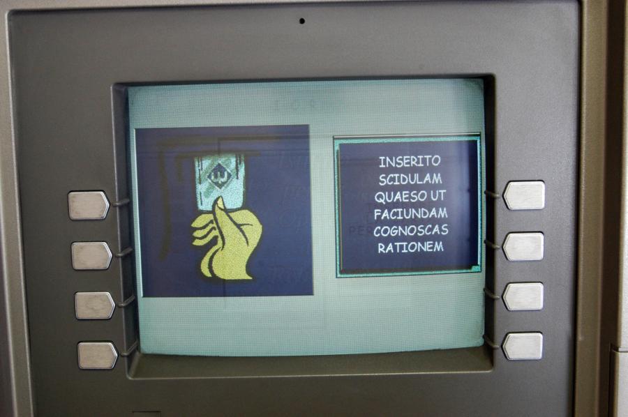 Bankomat banku IOR w Watykanie z instrukcjami w języku łacińskim.