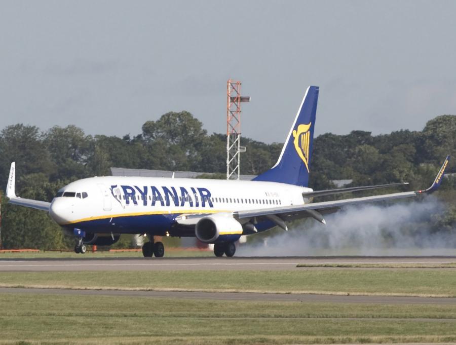 Samolot Ryanaira na ląduje na lotnisku Stansted koło Londynu.