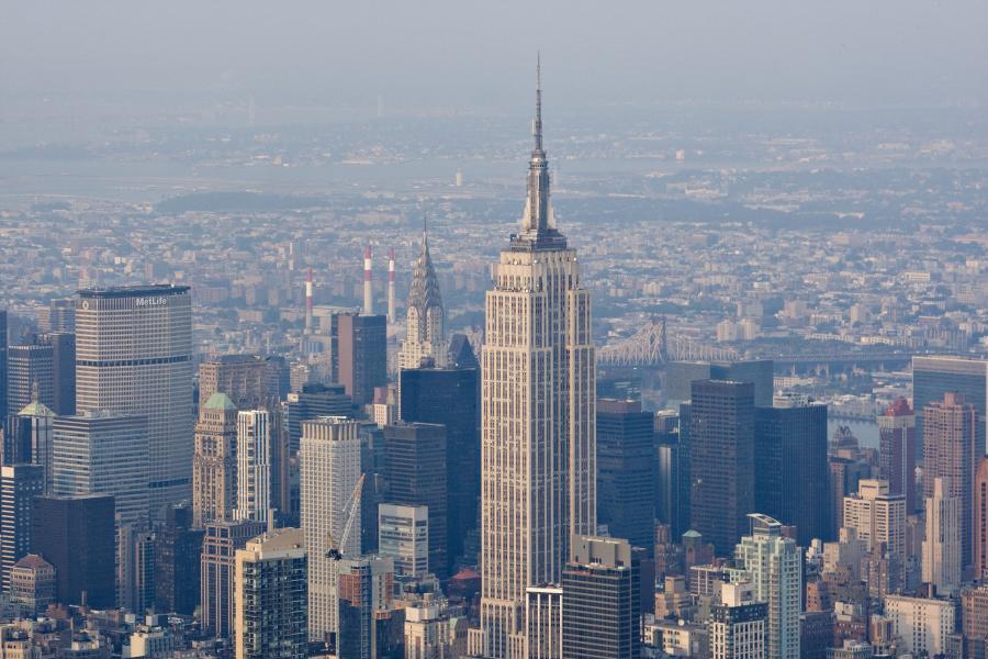 Manhattan w Nowym Jorku miejscem o najwyższym zagęszczeniu drapaczy chmur na świecie. W środku Empire State Builiding.