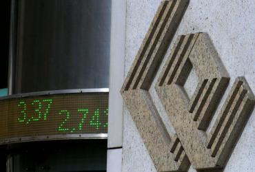 By osiagnąć sukces należy kierowąć się sześcioma zasadami - twierdzi Amerykanin Edward Zając, który inwestuje w akcje od 72 lat. Na zdj. logo GPW na budynku giełdy w Warszawie.