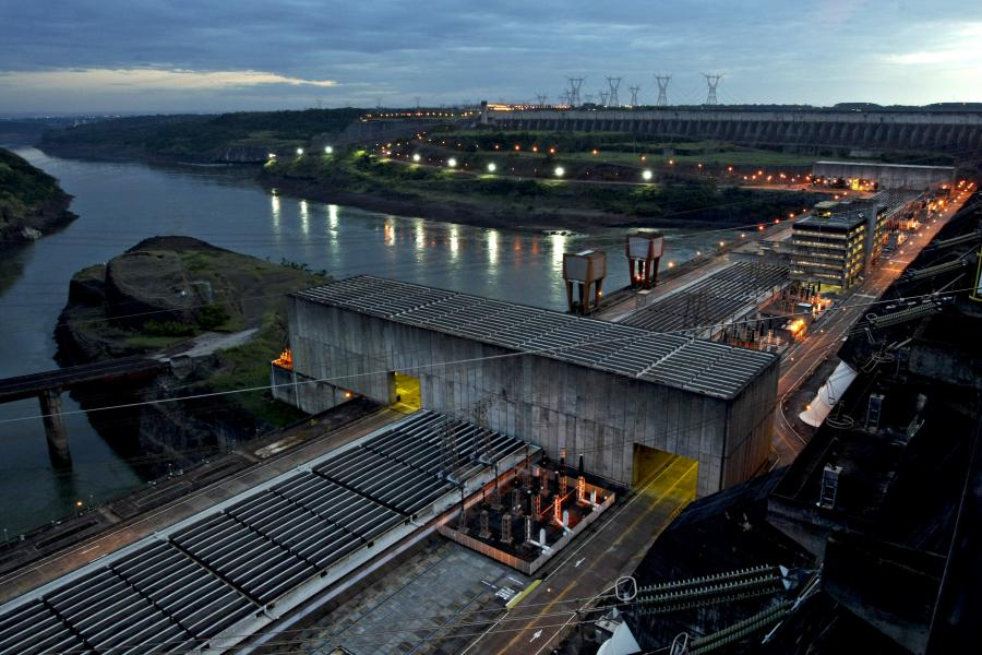 Elektrownia wodna na rzece Parana w Foz do Iguacu w Brazylii. Fot: Adriano Machado/Bloomberg