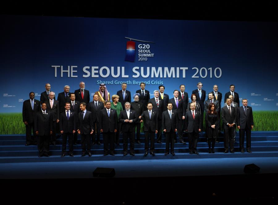 Przywódcy państw G20 pozują do wspólnego zdjęcia na szczycie w Seulu.