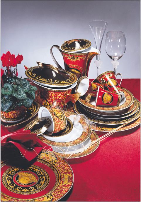 Gianni Versace zaprojektował zestaw porcelany marki Rosenthal. Naczynia zdobione są charakterystycznym dla projektanta motywem Meduzy Fot. Materiały prasowe