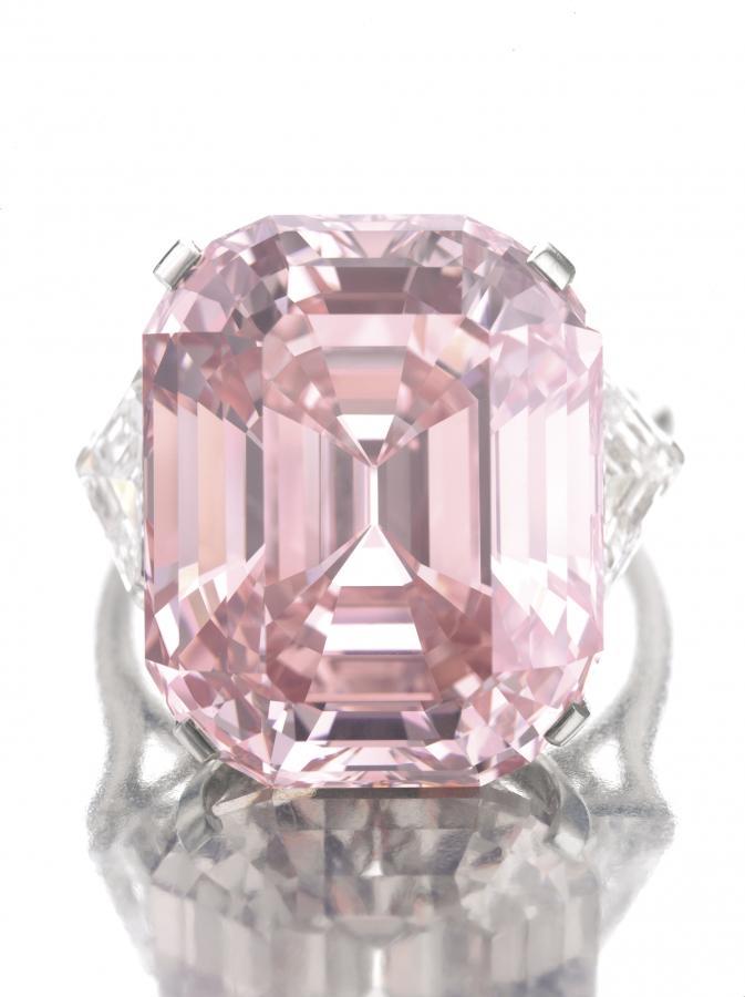 Różowy diament (1): Kamień o wadze 24,78 karata został sprzedany na licytacji w domu aukcyjnym Sothebys w Genewie za 45,75 mln dolarów. Fot. Bloomberg.