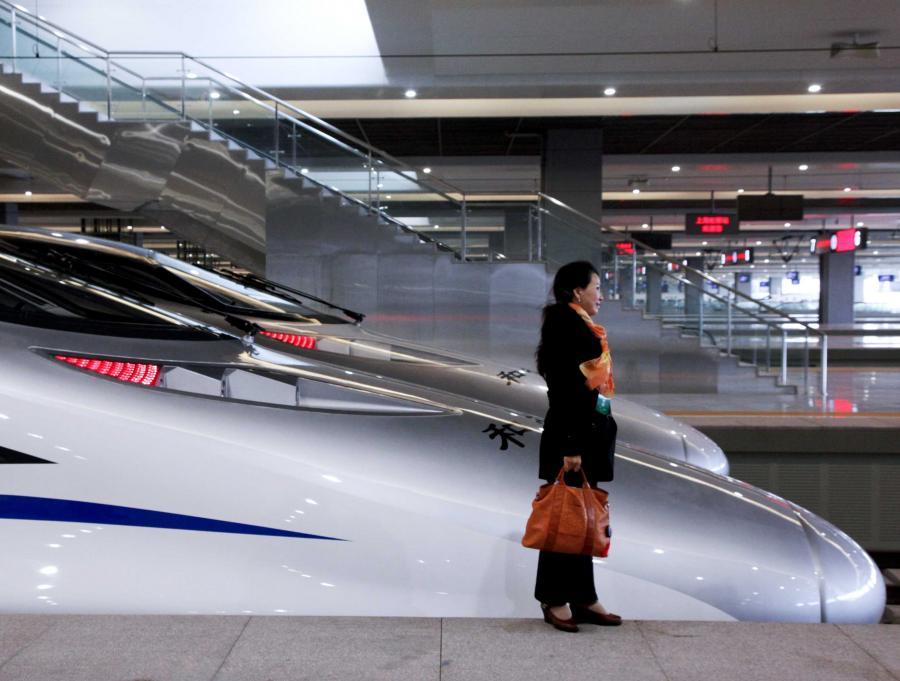 Chiński pociąg pasażerski ustanowił w piątek nowy rekord prędkości: podczas jazdy próbnej jechał 486 km na godzinę - poinformowało chińskie ministerstwo ds. kolei. Próbę przeprowadzono na jeszcze nieotwartej trasie łączącej Pekin z Szanghajem.