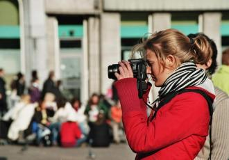 Turystka robiąca zdjęcie