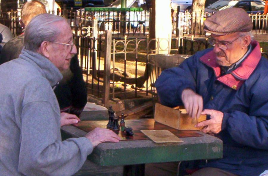 Starsi panowie grają w szachy