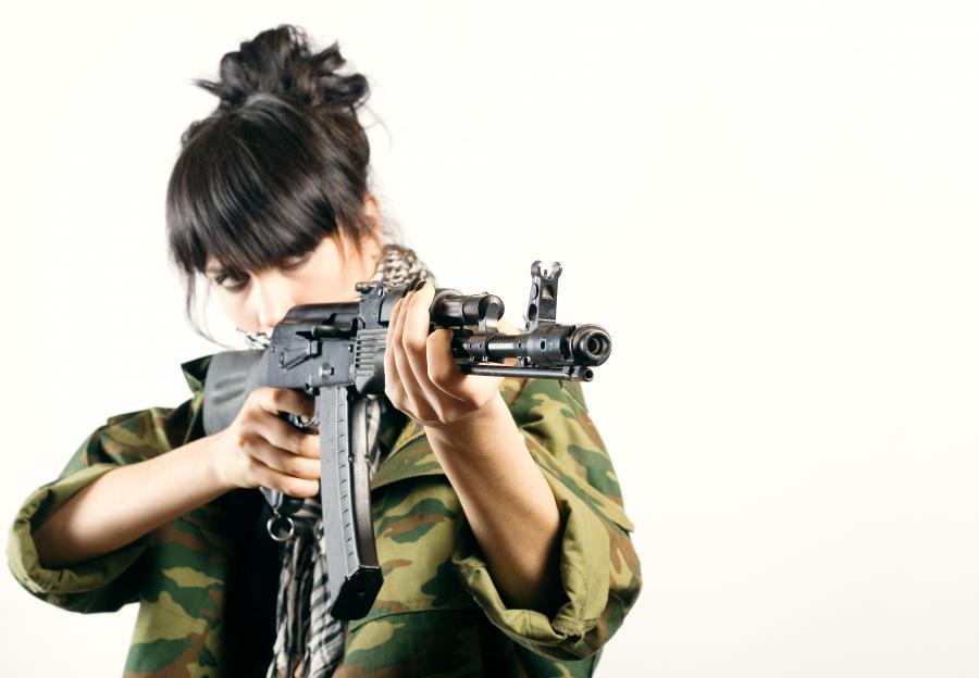 kobieta z karabinem kałasznikow; mat. shutterstock