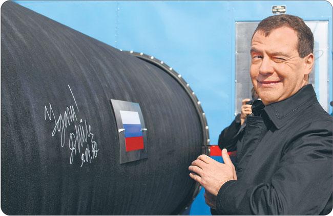 Rządzona przez Dmitrija Miedwiediewa i Władimira Putina Rosja stała się naturalnym zapleczem energetycznym Europy, która może wciągnąć ją do Sojuszu przeciwko Stanom Zjednoczonym i Chinom Fot. Reuters/Forum