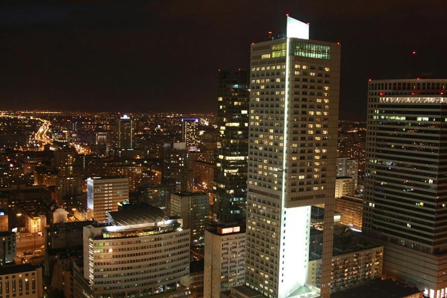 Europejskie, bliskowschodnie i afrykańskie rynki wschodzące (tzw. EMEA) w 2011 r. będą miały przed sobą lepszą perspektywę, nawet jeśli inne regiony zwolnią - sądzi Bank of America Merrill Lynch (BofA ML). Warszawa nocą. fot. Shuttertock.