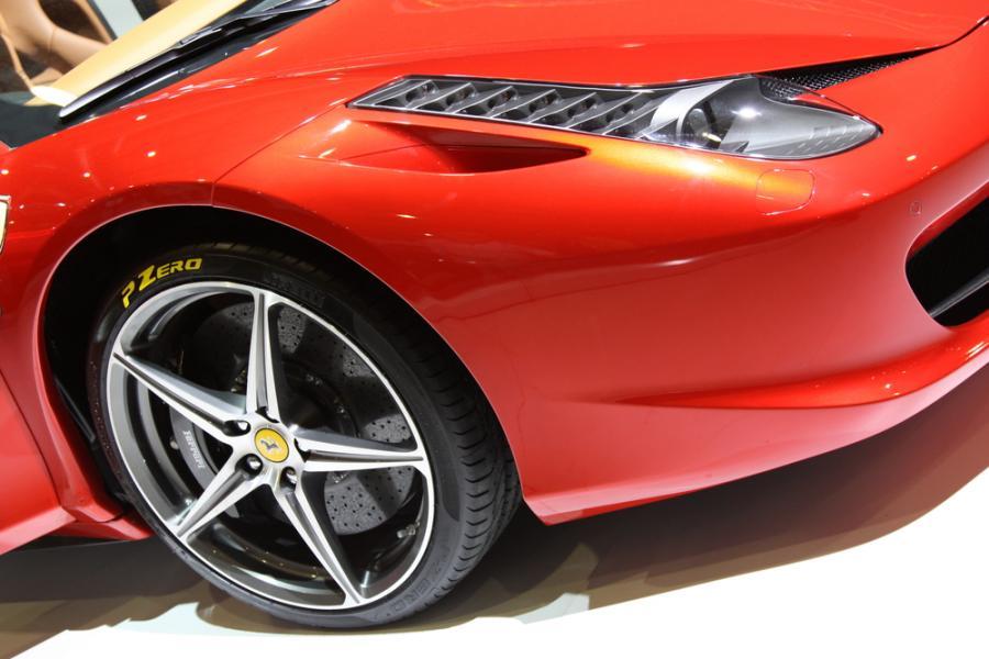 Włoskie Ferrari zamierza uruchomić w Indiach sieć własnych salonów. – Nasze sklepy zostaną otwarte w tym kraju w pierwszej połowie przyszłego roku. Indie będą 58. krajem, w którym zagości nasza marka – powiedziała rzeczniczka firmy Valeria Costa. Na zdj. Ferrari. Fot. Shutterstock.