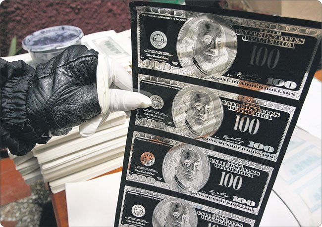 Amerykanom zagrał na nosie dyktator Korei Północnej Kim Dzong Il. Podrabiane przez niego w ośrodku w Pyongsong banknoty 100-dolarowe są nawet lepsze od oryginału Fot. Reuters/Forum