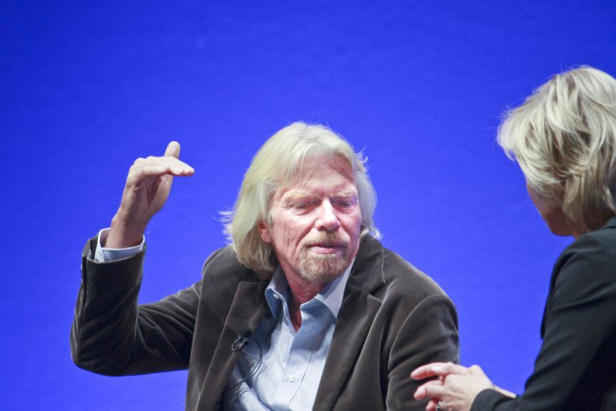 Ceny ropy naftowej mogą sięgnąć 200 dol. dol. za baryłkę, jeśli świat szybko nie przestawi się na gospodarkę opartą na odnawialnych źródłach energii – mówi w wywiadzie dla Bloomberg Richard Branson, założyciel Virgin Atlnatic Airways Ltd. Na zdj. Richard Branson. Fot. Shutterstock.