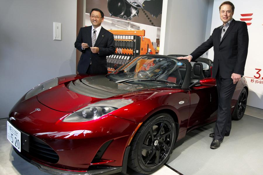 Akio Toyoda, szef Toyota Motor Corp. z lewej oraz Elon Musk, prezes Tesla Motors, przy nnowym samochodzie Tesla Roadster.