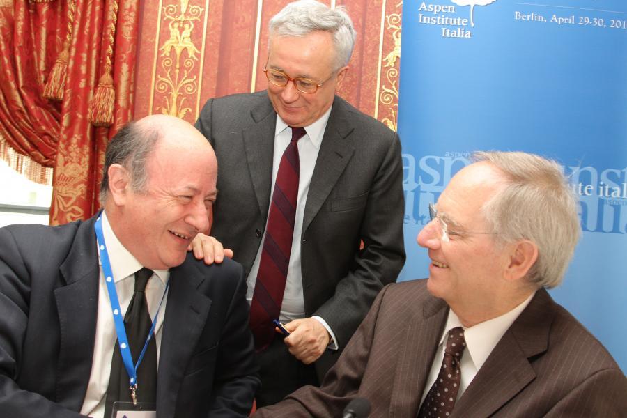 Minister finansów Polski Jacek Rostowski (z lewej), minister finansów Włoch Guido Tremonti (w środku) oraz minister finansów Niemiec Wolfgang Schaeuble (z prawej) podczas spotkania.