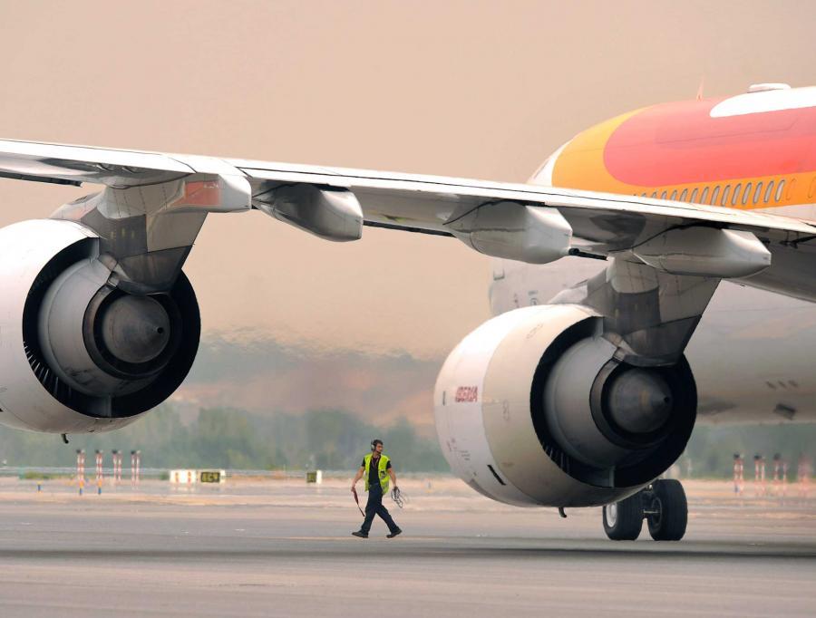 Strajk hiszpańskich kontrolerów ruchu lotniczego, którzy w ostatni weekend masowo wzięli zwolnienia lekarskie, może kosztować sektor turystyczny Hiszpanii 400 mln euro - wynika z opublikowanych w poniedziałek badań.