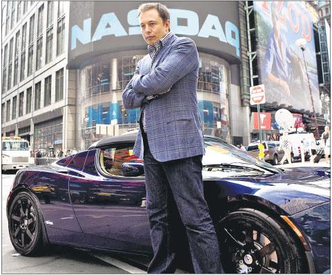 Elon Musk ze swoją elektryczną Teslą Fot. Bloomberg