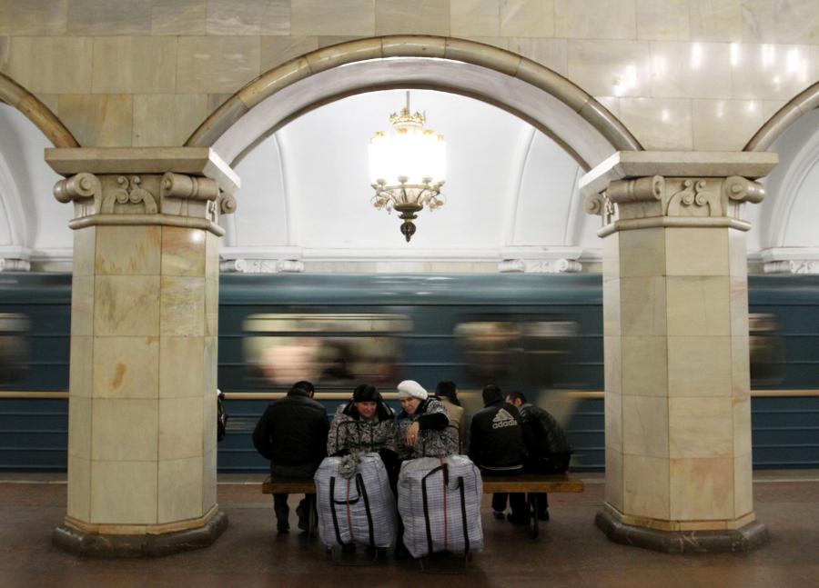 Pasażerowie w moskiewskim metrze - stacja Komsomolskaja