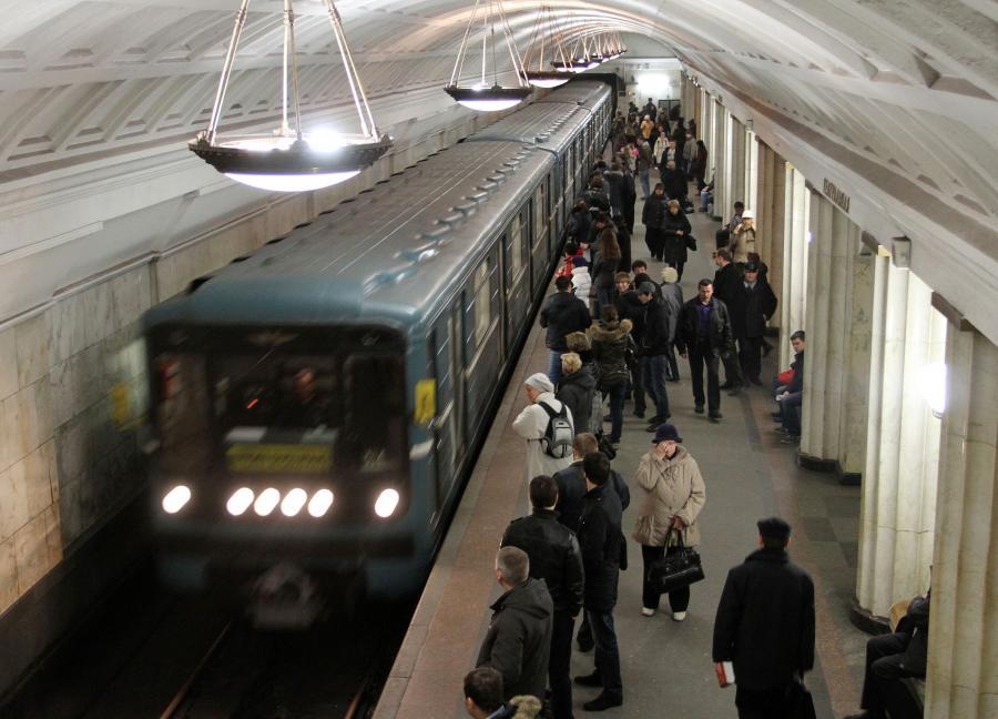 Pasażerowie w moskiewskim metrze na stacji Okhotny Ryad