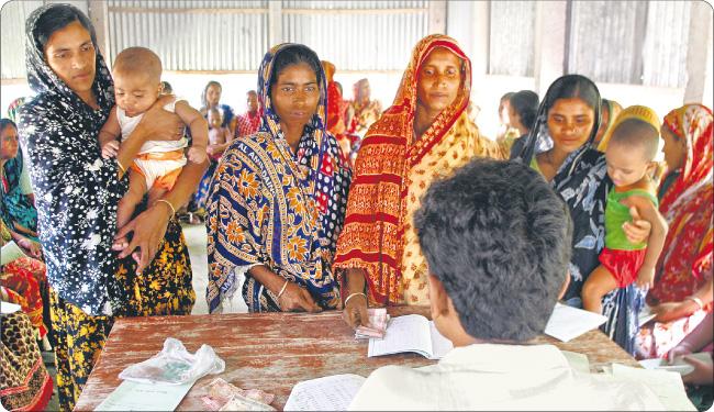 Największym rynkiem dla instytucji udzielających mikropożyczek są Indie. Szczególnie chętnie daje się kredyty kobietom, bo starają się w terminie spłacać odsetki Fot. Reuters/Forum