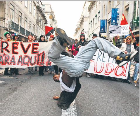 W listopadzie związki zawodowe przeprowadziły największy strajk generalny w historii Portugalii przeciw cięciom płac Fot. Reuters/Forum