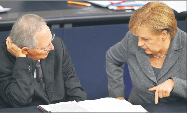 Do niemieckich propozycji przekonują minister finansów Wolfgang Schaeuble i kanclerz Angela Merkel Fot. Forum