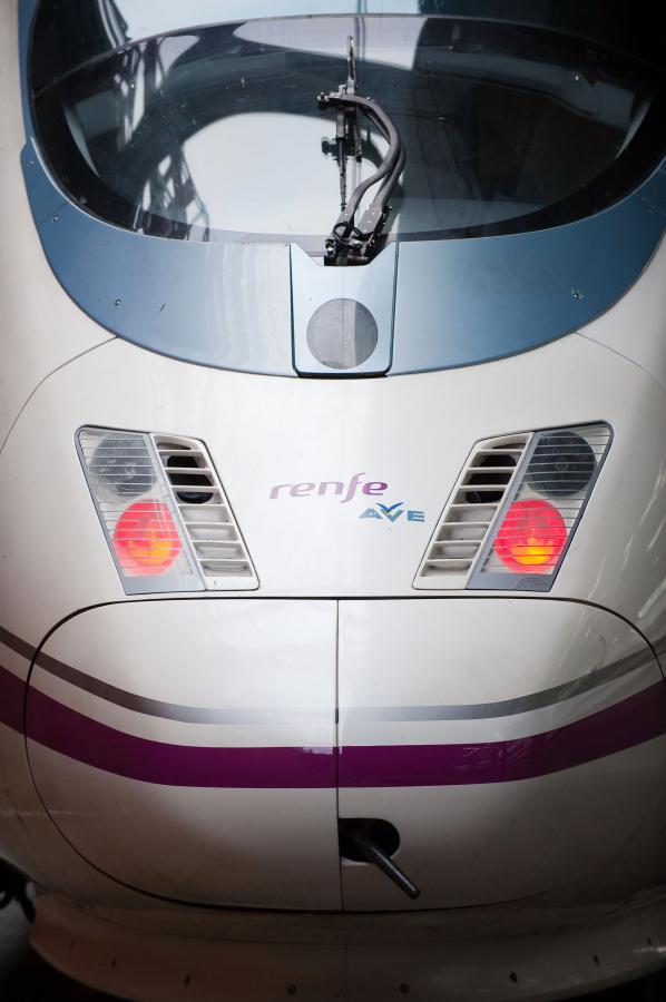 Lokomotywa szybkich kolei AVE marki Siemens, hiszpańskiej sieci kolejowej RENFE na stacji Madryt-Atocha. Fot. Bloomberg.