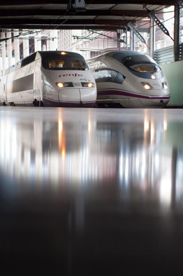 Po lewej lokomotywa szybkich kolei AVE marki Alstom, po prawej marki Siemens, hiszpańskiej sieci kolejowej RENFE na stacji Madryt-Atocha, Hiszpania. Fot. Bloomberg.