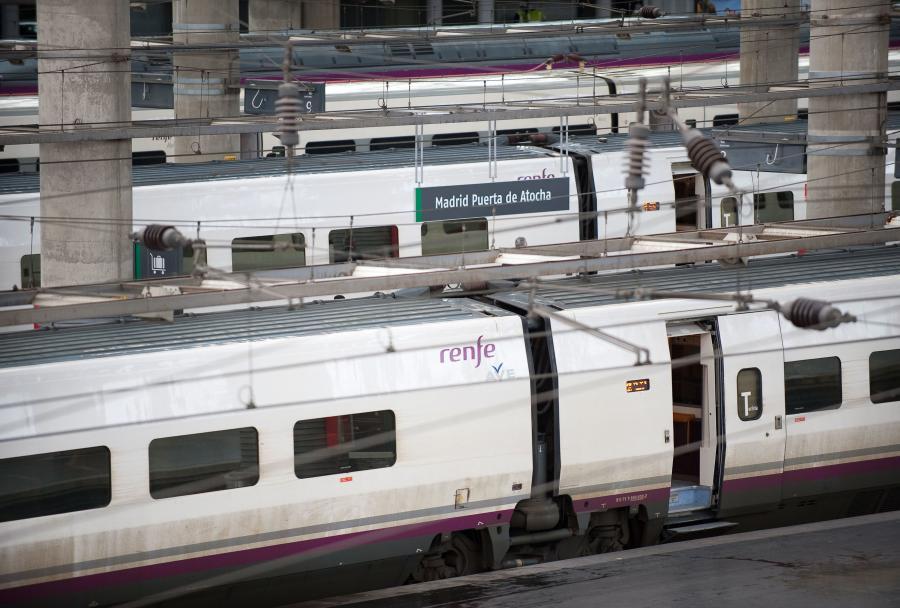 Pociągi szybkich kolei AVE hiszpańskiej sieci kolejowej RENFE na stacji Madryt-Atocha. Fot. Bloomberg.