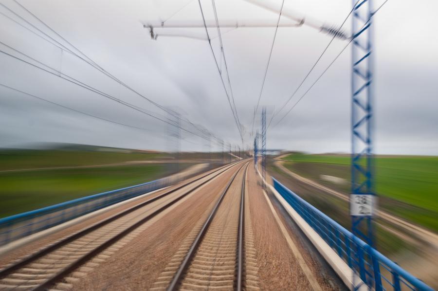 Widok z kabiny szybkiej kolei AVE hiszpańskiej sieci kolejowej RENFE w pobliżu Madrytu. Fot. Bloomberg.