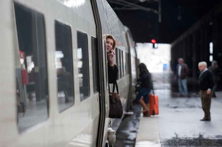 Pasażerowie wsiadający do szybkiej kolei AVE hiszpańskiej sieci kolejowej RENFE na stacji Madryt-Atocha (1). Fot. Bloomberg.