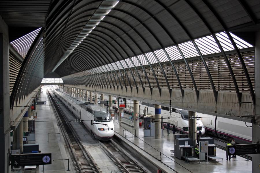 Szybka kolej AVE hiszpańskiej sieci kolejowej RENFE na stacji w Sewilli. Fot. Shutterstock.