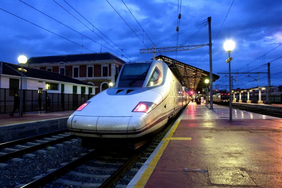 Pociąg szybkiej kolei Ave serii 102 hiszpańskiej sieci kolejowej RENFE. Fot. Shutterstock.