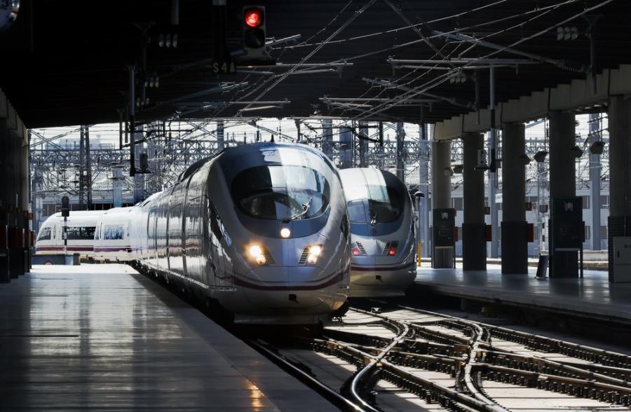 Szybka kolej AVE hiszpańskiej sieci kolejowej RENFE wjeżdza na peron na stacji Madryt-Atocha (1). Fot. Shutterstock.