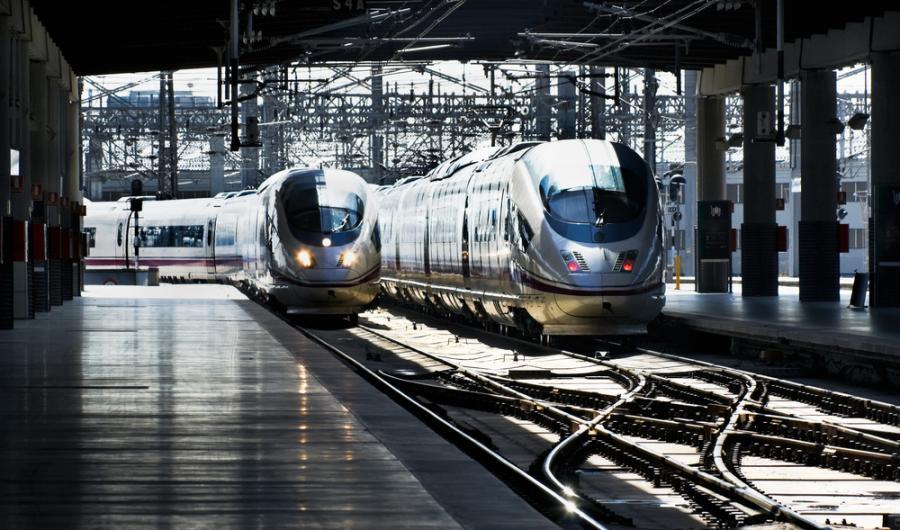 Szybka kolej AVE hiszpańskiej sieci kolejowej RENFE wjeżdza na peron na stacji Madryt-Atocha (2). Fot. Shutterstock.