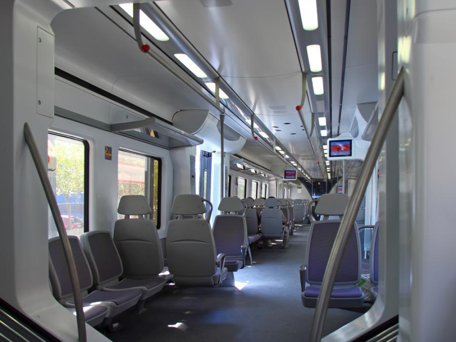 Wnętrze szybkiej kolei AVE hiszpańskiej sieci kolejowej RENFE. Fot. Shutterstock.