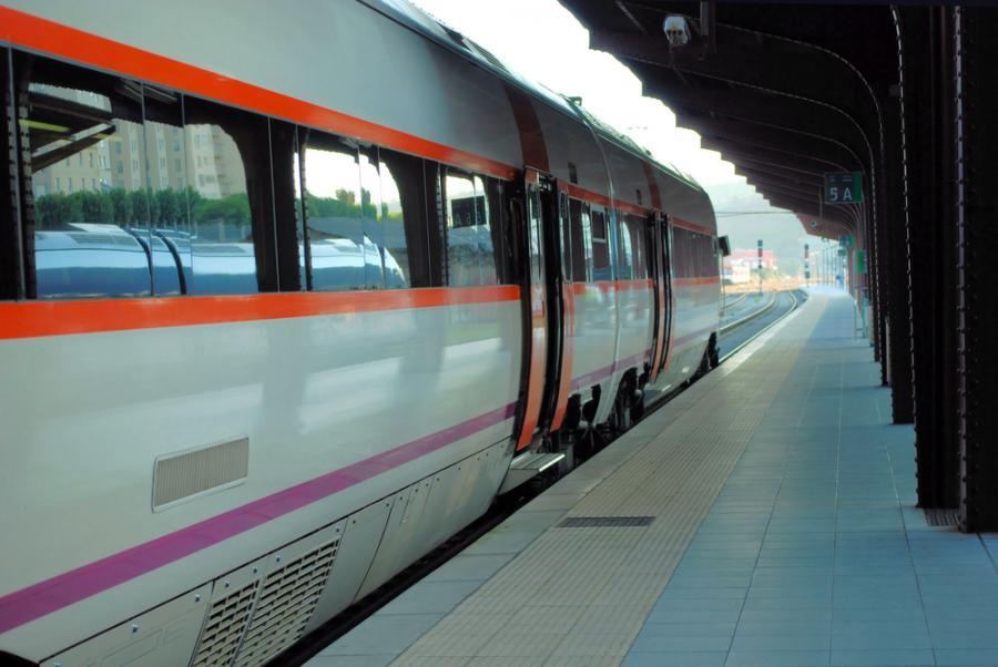 Szybka kolej AVE hiszpańskiej sieci kolejowej RENFE na stacji w Santiago de Compostella w Hiszpanii. Fot. Shutterstock.