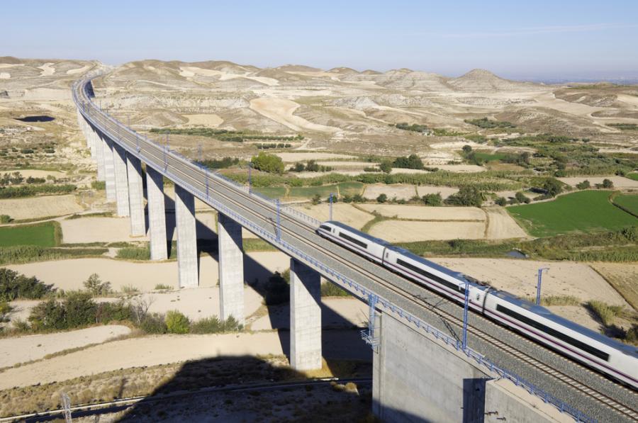 Szybka kolej AVE hiszpańskiej sieci kolejowej RENFE przejeżdza przez wiadukt w Hiszpanii (1). Fot. Shutterstock.