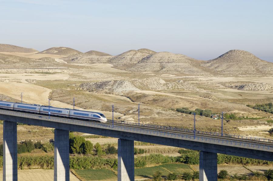 Szybka kolej AVE hiszpańskiej sieci kolejowej RENFE przejeżdza przez wiadukt w Hiszpanii (2). Fot. Shutterstock.
