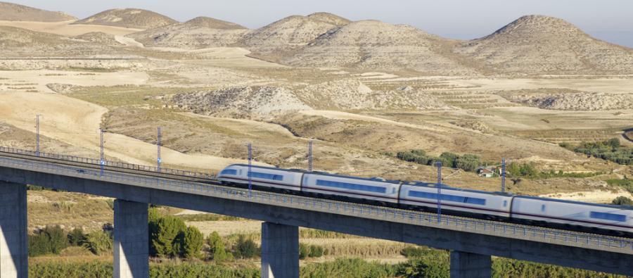Szybka kolej AVE hiszpańskiej sieci kolejowej RENFE przejeżdza przez wiadukt w Hiszpanii (3). Fot. Shutterstock.