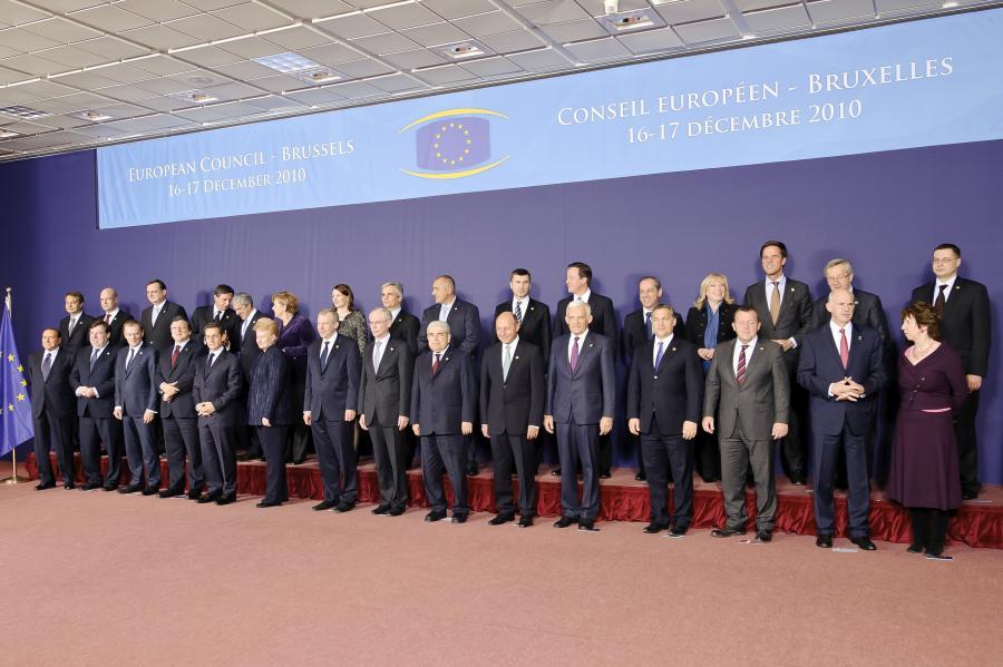 Szczyt Unii Europejskiej 16 grudnia 2010 roku: przywódcy państw członkowskich pozują do wspólnego zdjęcia.