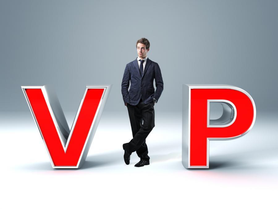 Mężczyzna w napisie VIP, mat. shutterstock