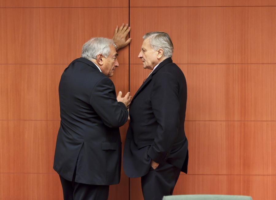 Skutki kryzysu są dziś jeszcze dalekie od całkowitego wybrzmienia. Sytuacja w Europie jest nadal bardzo niepokojąca, a przyszłość bardziej niepewna niż kiedykolwiek wcześniej – oświadczył w grudniu szef MFW podczas przemówienia w europejskiej siedzibie ONZ w Genewie. Na zdj. Dominique Strauss-Kahn, dyrektor Międzynarodowego Funduszu Walutowego (po lewej) mówi do Jean-Claude Tricheta (po prawej), przewodniczącego Europejskiego Banku Centralnego podczas spotkania ministrów finansów strefy euro w siedzibie Rady Unii Europejskiej w Brukseli, 6. grudnia 2010.
