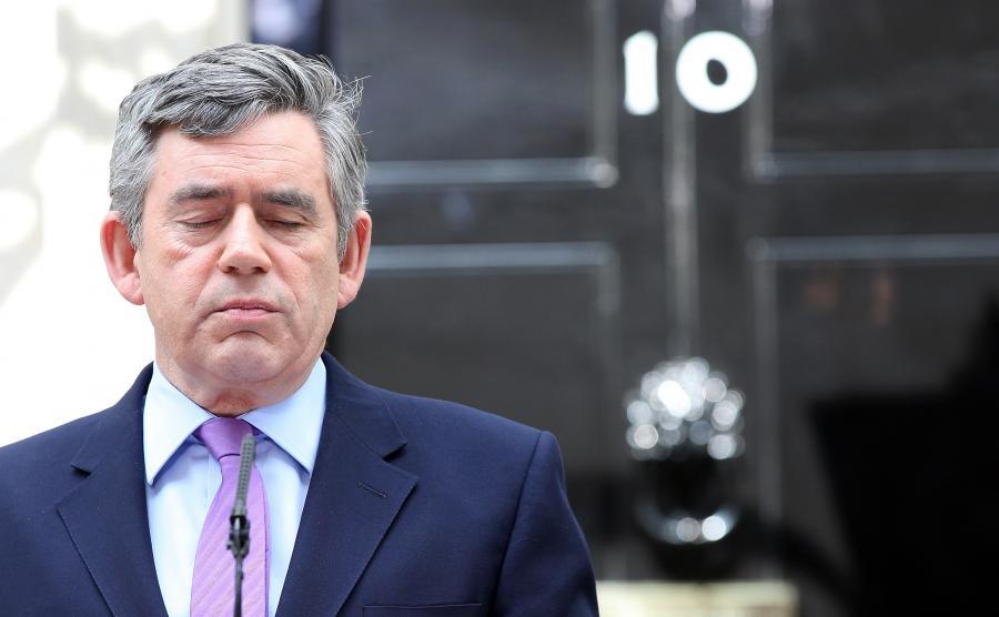 Mimo zwycięstwa konserwatyści Davida Camerona nie uzyskali bezwzględnej większości w Izbie Gmin, czyli co najmniej 326 mandatów. Laburzyści premiera Gordona Browna, którzy pozostawali u władzy od roku 1997, otrzymali 258 mandatów - o 91 mniej niż w wyborach w roku 2005.  Na zdj. Gordon Brown, premier Wielkiej Brytanii, w przerwie podczas przemówienia do dziennikarzy przed swoja siedzibą przy Dowining Street 10, 7 maja 2010.